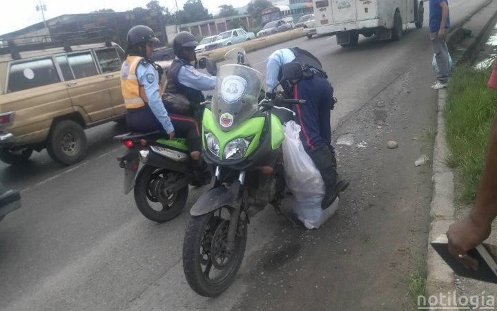 Funcionarios de PoliCarabobo dejaron caer sus -ahorros- en plena autopista